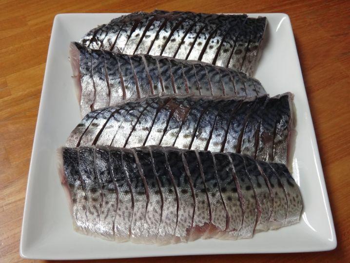 釣ったサバはすぐ首折って活〆、しめ鯖に。脂は少なめだけど美味。…