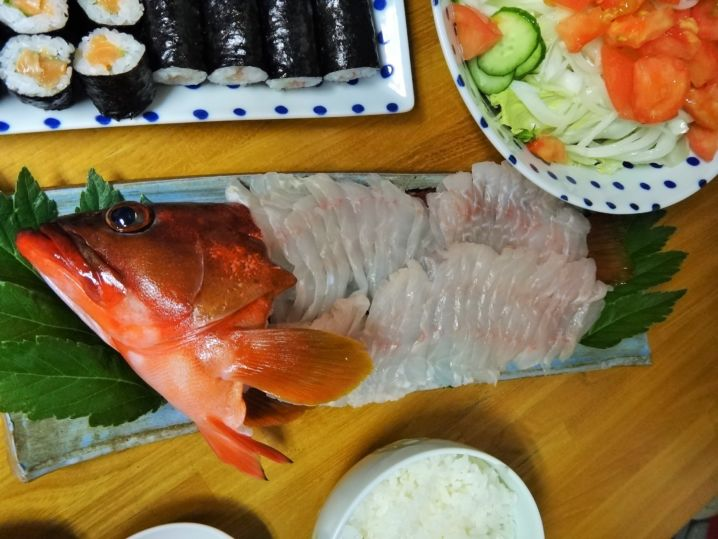 釣りたてをさっそく薄造りにして食卓へ。まるでイセエビのような味わ…