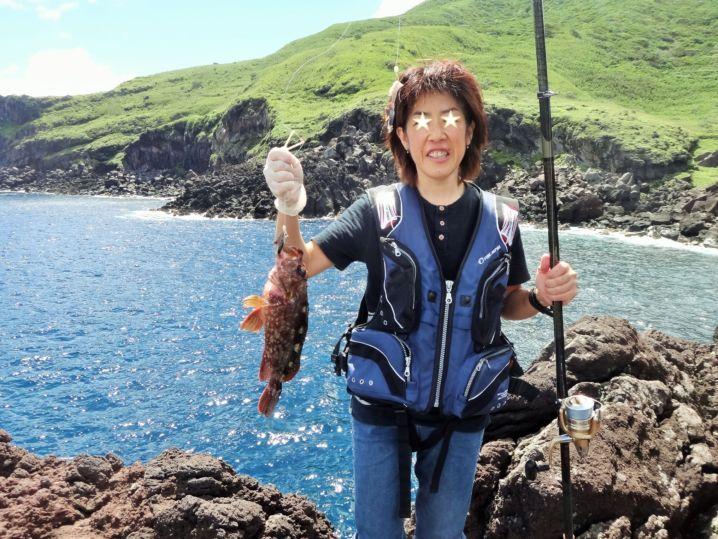 漁船をチャーターして、職場のみなさんと 無人島の八丈小島へ遊び…