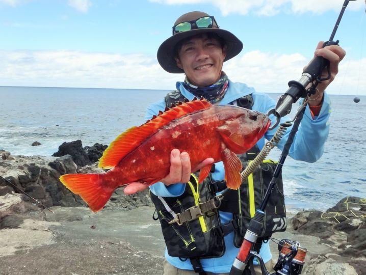 先日大マサを釣ったN君も無人島遊びに参加。 良型アカハタ釣りま…