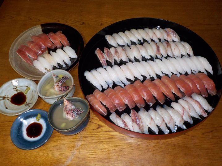 釣れた魚はお寿司にして美味しく頂きました。 上がイシモチ、真ん…
