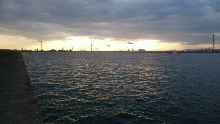 中堤から見た夕陽に映るコンビナート群です。