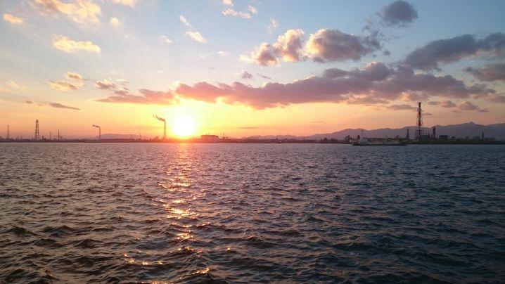 いつもの如くですが夕陽に映えるコンビナートと鈴鹿山脈です。