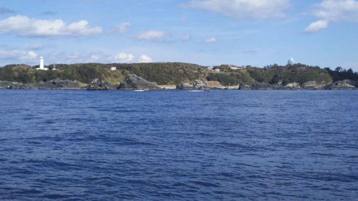 海から望む潮岬。潮岬沖でこんなベタ凪ぎは初めて!