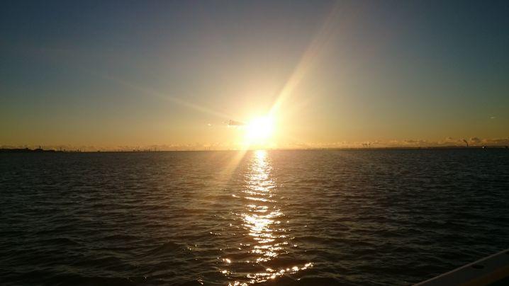 🌄朝日に本年の良い釣行祈願です