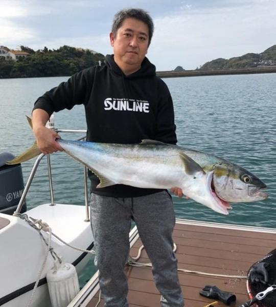 今、あがりました!!山口県萩市 マリーナ萩沖にある 見島周辺にて ヒラマサ 120センチ 14キロ キャスティングで。